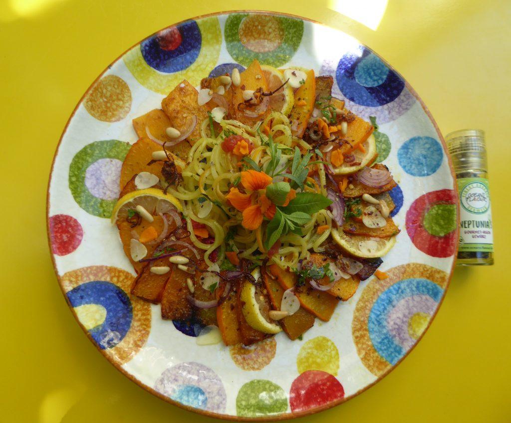 Gemüsespaghetti auf gebratenen Kürbisspalten